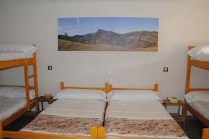 Vista de la cama doble en la suite Gorosti. Double bed in the 6pax arrangement of Suite Gorosti.