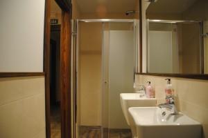Vista del baño de la suite Gorosti. View of bathroom facilities of suite Gorosti.