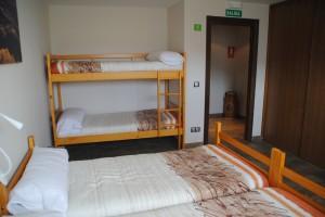 Vista de la cama doble y literas en la suite Ilargi. Double bed and bunk beds view in the 6pax arrangement of Suite Ilargi.