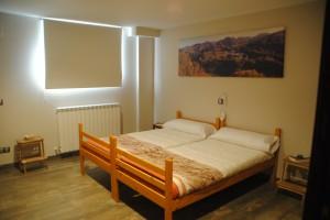 Vista de la cama doble en la suite Pagoa. Double bed in the 6pax arrangement of Suite Pagoa.